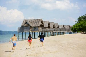 kids running on beach telunas-private-island_44959007194_o